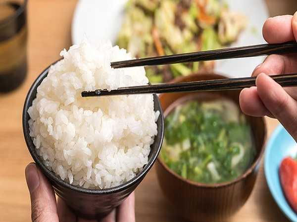 Điềm báo trong giấc mơ thấy ăn cơm
